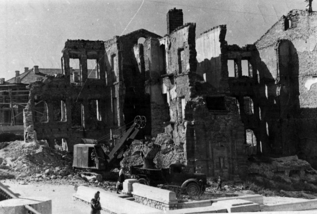 Один из последних разрушенных домов на городском холме по ул. Луначарского. Севастополь, 1950 г. ГАГС, фонд фотодокументов, ед. хр. № 7173.