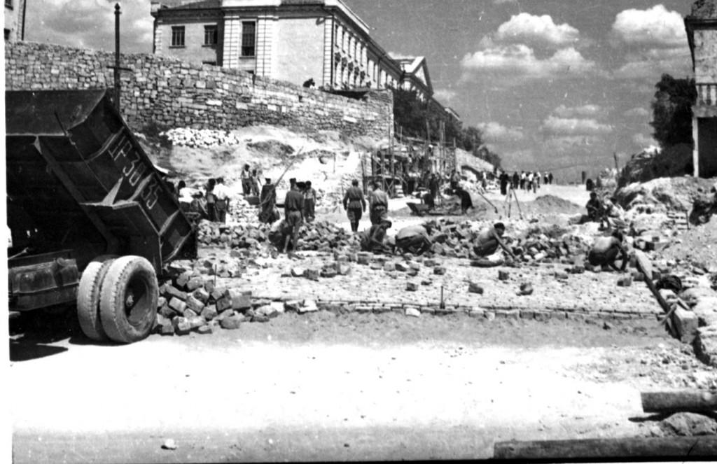 Строительство троллейбусной трассы по Корабельному спуску. Севастополь, 18 июля 1952 г. ГАГС, фонд фотодокументов, ед. хр. № 7142.