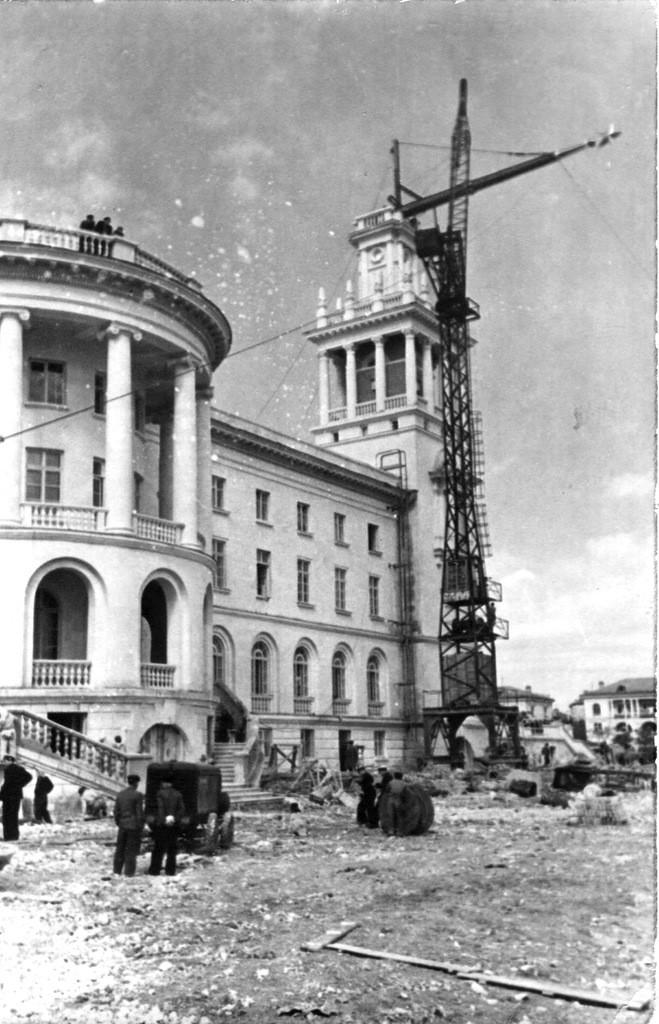 Подъем шпиля на здании Матросского клуба. Севастополь, 1954 г. ГАГС, фонд фотодокументов, ед. хр. № 6313.