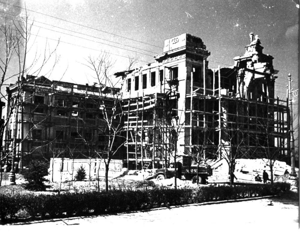 Восстановление здания Дворца пионеров после ВОВ. Севастополь, 1946 г. ГАГС, фонд фотодокументов, ед. хр. № 5231.