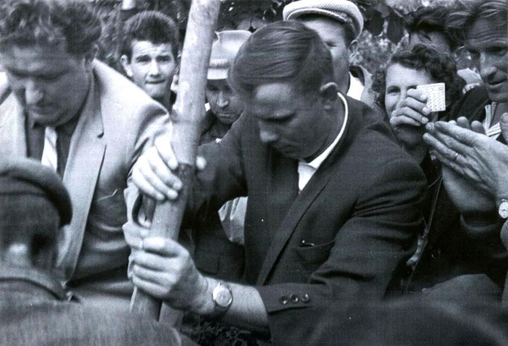 Летчик-космонавт Гагарин Ю.А. сажает дерево на Малаховом кургане. 21 сентября 1961 года ГАГС, фонд фотодокументов, ед.хр. 15030