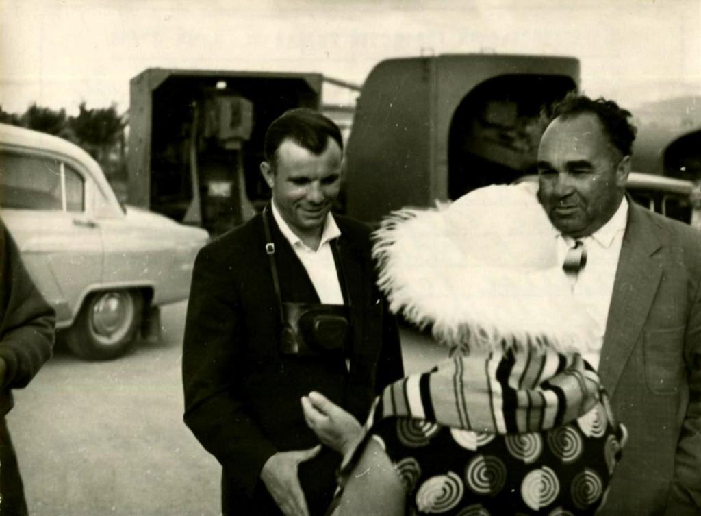 Летчик-космонавт, Герой Советского Союза Гагарин Ю.А. (слева) на территории диорамы «Штурм Сапун-горы». 21 сентября 1961 года ГАГС, фонд фотодокументов, ед.хр. 6485