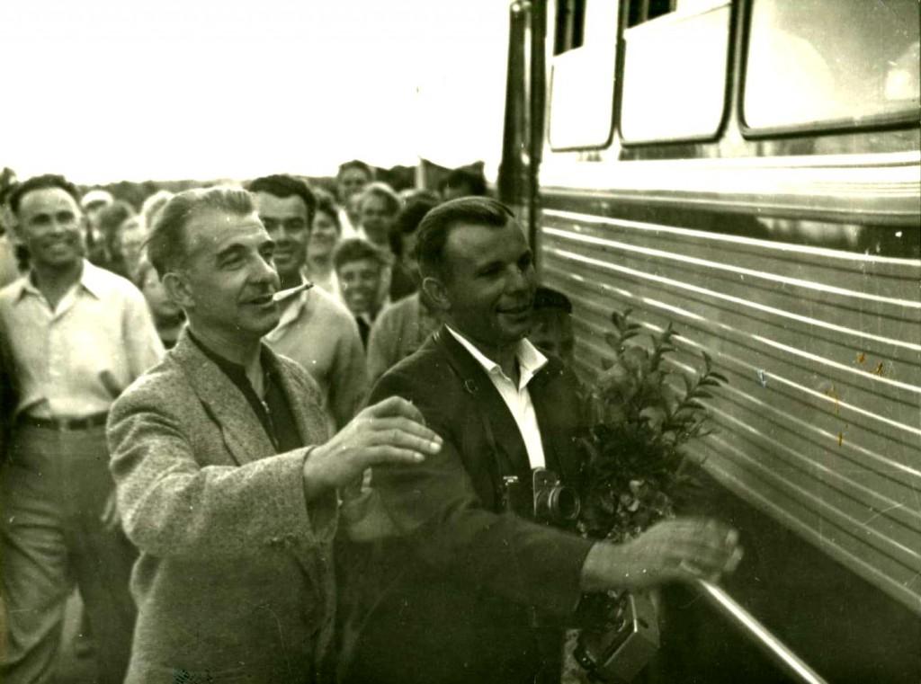 Летчик-космонавт, Герой Советского Союза Гагарин Ю.А. (справа) на перроне Севастопольского вокзала. 21 сентября 1961 года ГАГС, фонд фотодокументов, ед.хр. 6484