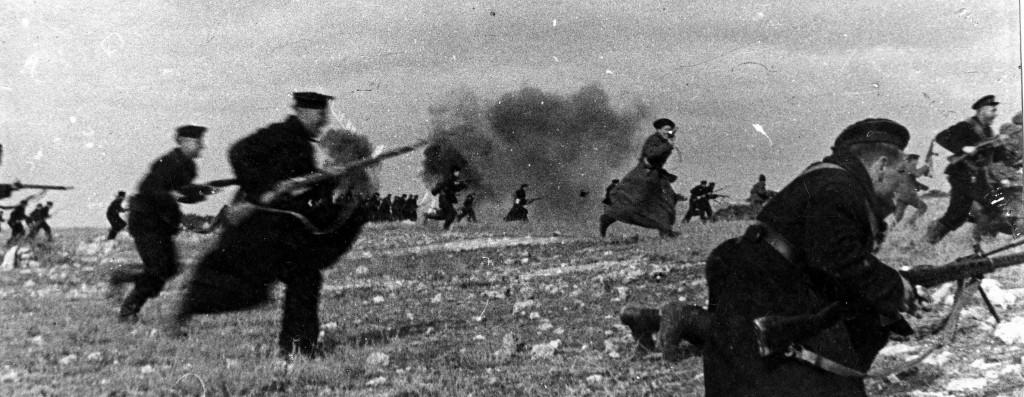 Бойцы морской пехоты атакуют противника.