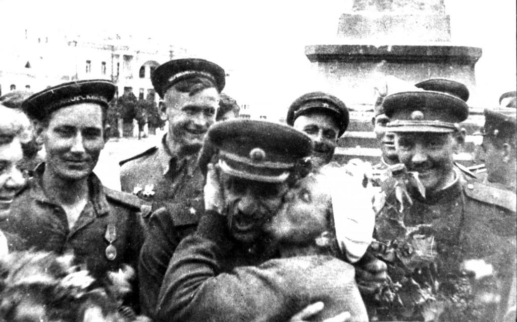Жители Севастополя встречают воинов-освободителей.
