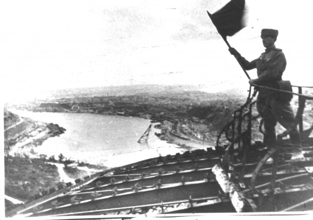 Советский воин устанавливает Красное знамя