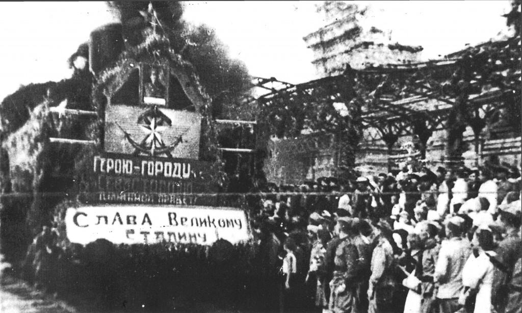 Севастопольцы встречают первый поезд