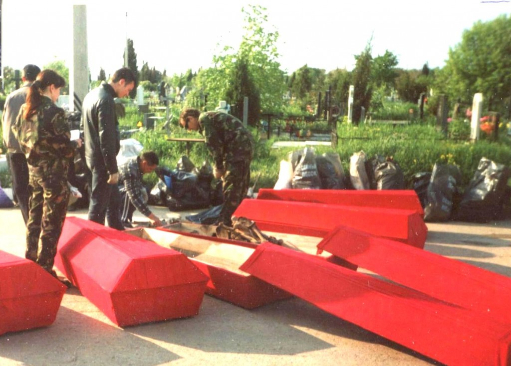 Подготовка к перезахоронению останков советских воинов